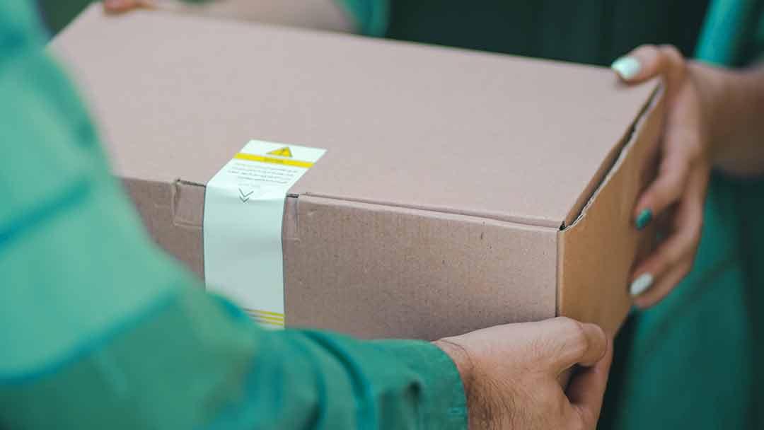 pakke blir overlevert