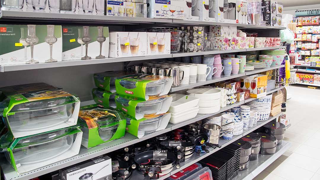 butikkhylle med kjøkkenutstyr