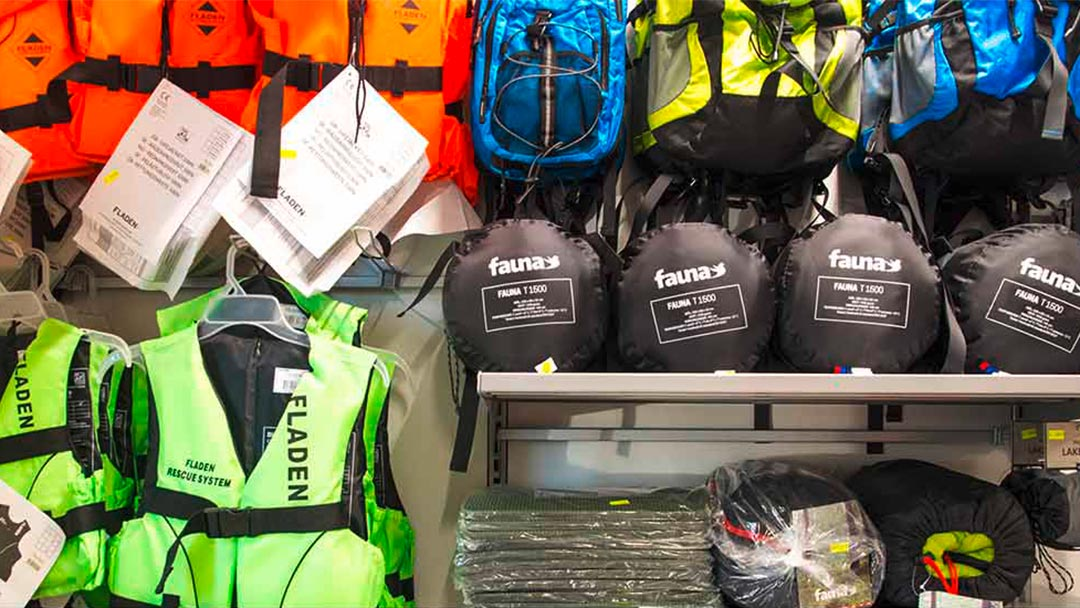 redningsvester og soveposer i butikkhylle