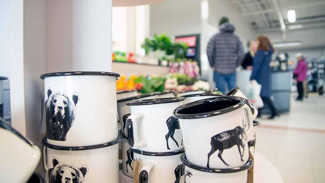 nærbilde av emalje kopper med dyremotiver