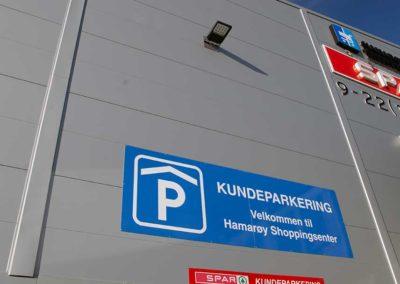 Hamarøy-shoppingsenter - kundeparkering - innfart parkeringshus - skilt