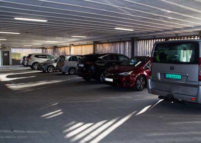 Hamarøy-shoppingsenter - parkeringshus - biler