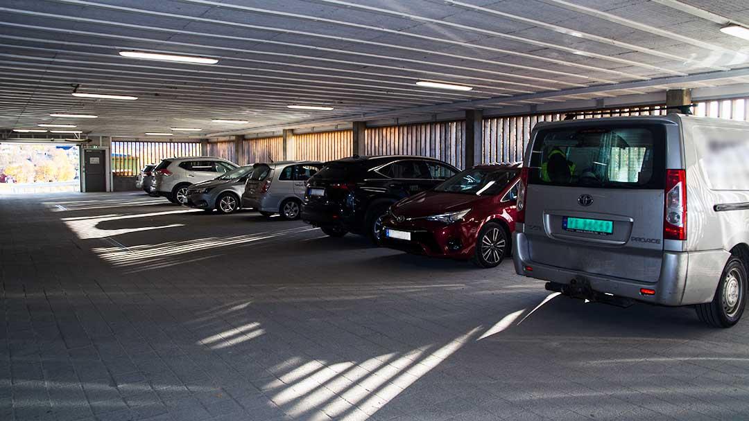 biler på parkeringshus