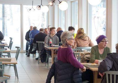 Hamaroy-shoppingsenter-kaffee - mennesker i kaffeen