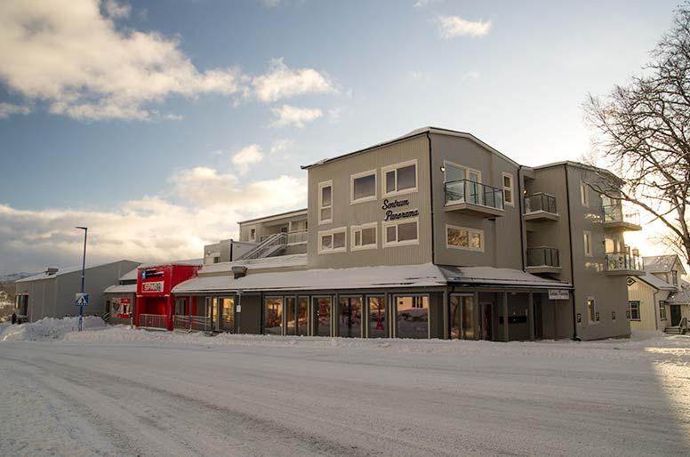 husfasade shoppingsenter i vinterlys